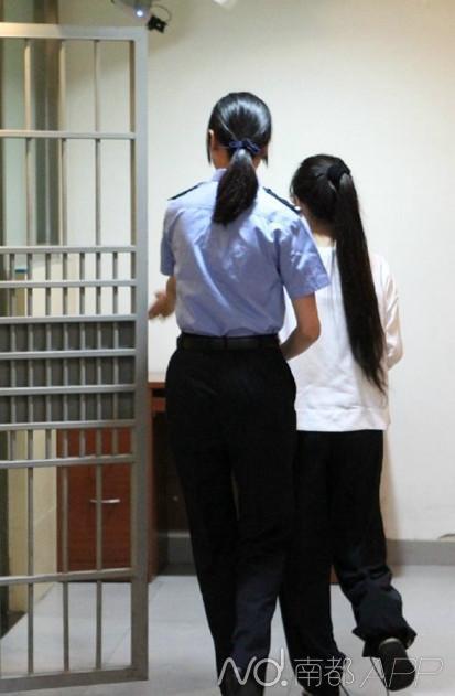 进入法庭后,郭美美是这个样子,她脚上的脚锁按规定已经去掉了